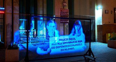 Młodzieżowy Strajk Klimatyczny w formie hologramów protestuje pod Ministerstwem Klimatu, fot. Max Zieliński / Greenpeace Polska.