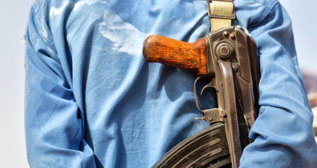 Konflikt, broń. Fot. Shutterstock