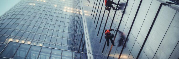 Pracownicy czyszczą okna wieżowca Rondo 1 w Warszawie. Fot. Fotokon / Shutterstock.com