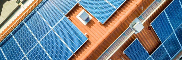 Panele fotowoltaiczne na dachu, fot. Shutterstock.